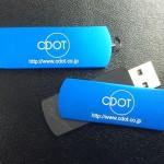 R01BLUE USBメモリーにレーザーマーキング名入れ