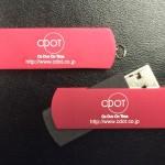 R01RED USBメモリーにレーザーマーキング名入れ